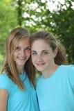 Dois adolescentes que sorriem ao levantar junto foto de stock