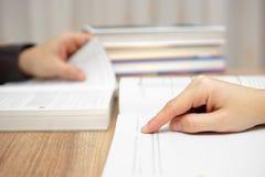 Dois adultos novos estão estudando e livros de leitura Fotos de Stock