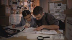 Dois advogados de defesa que trabalham durante a noite e que encontram a resposta nos arquivos secretos filme