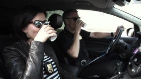 Dois agentes da polícia que sentam-se no carro durante a ruptura fotos de stock