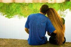 Dois amantes na beira do lago Fotos de Stock Royalty Free