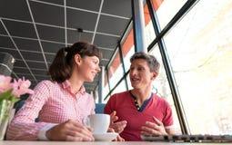 Dois amantes que conversam e que têm o divertimento no café fotografia de stock royalty free