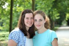 Dois amigos adolescentes de sorriso fotos de stock