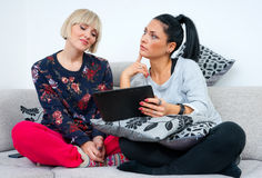 Dois amigos atrativos da mulher com tabuleta Imagens de Stock
