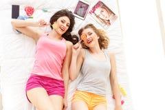Dois amigos bonitos que têm o divertimento com doces Fotografia de Stock Royalty Free