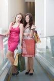 Dois amigos com compras Fotos de Stock Royalty Free