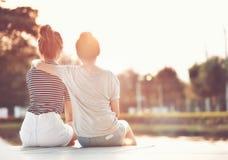 Dois amigos das mulheres que descansam no jardim, olhando a luz do sol t imagem de stock royalty free