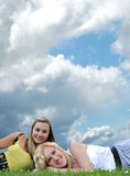 Dois amigos de menina que colocam na grama foto de stock royalty free