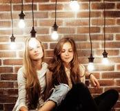 Dois amigos de meninas modernos frescos nos clothers brilhantes junto que têm imagens de stock royalty free