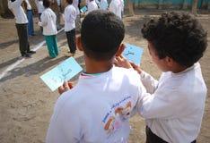 Dois amigos de meninos que jogam o jogo de palavras na escola Fotografia de Stock Royalty Free