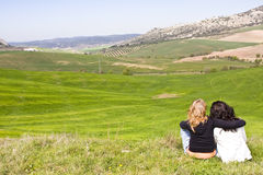 Dois amigos em um prado Fotografia de Stock Royalty Free