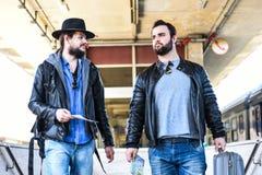 Dois amigos estão esperando o trem que passa o túnel Imagens de Stock Royalty Free