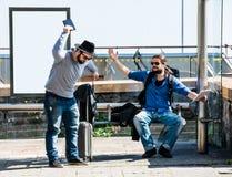 Dois amigos estão ficando com raiva devido ao atraso do ônibus Fotos de Stock Royalty Free