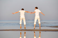 Dois amigos estão saltando Foto de Stock Royalty Free