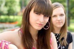 Dois amigos fêmeas no banco Fotografia de Stock Royalty Free