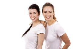 Dois amigos fêmeas no fundo branco Fotos de Stock Royalty Free