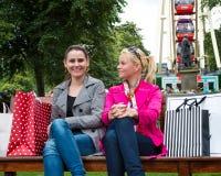 Dois amigos fêmeas novos atrativos que apreciam um dia para fora após a compra bem sucedida Fotos de Stock
