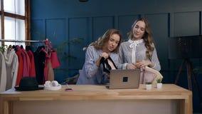 Dois amigos fêmeas que dão o conselho como escolher a roupa durante o blogue video de tiro sobre o estilo da forma filme
