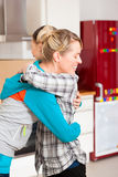 Dois amigos fêmeas que movem-se em um apartamento Fotografia de Stock Royalty Free
