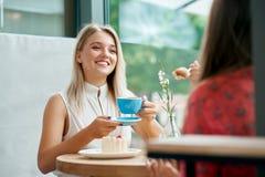 Dois amigos fêmeas que têm a conversação no café fotografia de stock