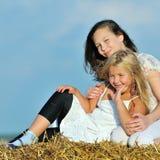 Dois amigos felizes da rapariga que apreciam a natureza Fotografia de Stock Royalty Free