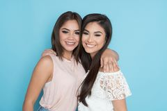 Dois amigos latino-americanos foto de stock royalty free