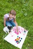Dois amigos menina e cachorrinho Imagens de Stock
