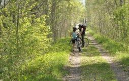 Dois amigos na estrada de floresta Imagens de Stock Royalty Free