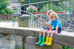 Dois amigos pequenos adoráveis que pescam com haste selfmade Foto de Stock Royalty Free