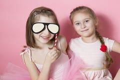 Dois amigos pequenos no festival, exultam e fazem as caras imagem de stock royalty free
