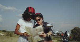 Dois amigos que ajudam-se a encontrar sentidos em um mapa 4K video estoque