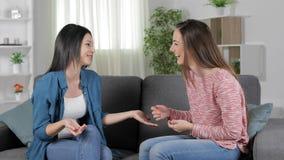 Dois amigos que falam e que riem da casa filme