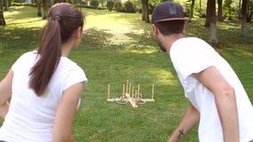 Dois amigos que jogam no lance do anel do jogo no parque video estoque