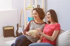 Dois amigos que olham o filme em casa foto de stock royalty free