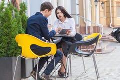 Dois amigos que sentam-se no café e que discutem seu negócio Imagens de Stock Royalty Free