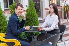Dois amigos que sentam-se no café e que discutem seu negócio Imagem de Stock