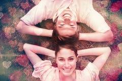 Dois amigos que sorriem ao encontrar-se cara a cara com ambas as mãos atrás de seu pescoço Imagem de Stock Royalty Free