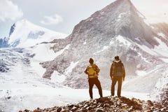 Dois amigos que trekking o conceito das montanhas Fotografia de Stock Royalty Free