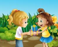 Dois amigos que trocam os presentes exteriores ilustração stock