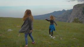 Dois amigos que viajam junto, estavam em um lugar stunningly bonito nas montanhas video estoque