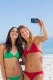 Dois amigos 'sexy' que tomam imagens dse Fotos de Stock Royalty Free