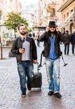 Dois amigos, turistas estão procurando por seu hotel no smartphone, Foto de Stock
