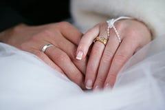 Dois anéis de casamento das mãos Fotografia de Stock Royalty Free