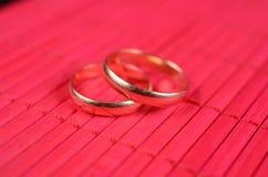 Dois anéis de casamento do ouro Foto de Stock