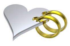Dois anéis de casamento do ouro com coração de prata. Imagem de Stock