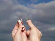 Dois anéis de casamento do whith das mãos fotos de stock royalty free
