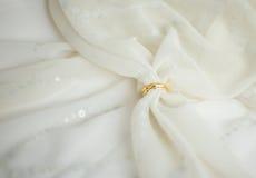 Dois anéis de casamento dourado com véu nupcial Imagem de Stock