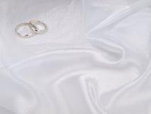 Dois anéis de casamentos de prata fotografia de stock royalty free