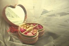 Dois anéis de diamante e pétalas de Rosa fotografia de stock