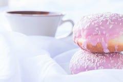 Dois anéis de espuma vitrificados cor-de-rosa com polvilham Fotografia de Stock